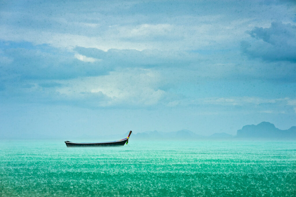 Image-of-an-old-boat-in-the-sea-in-Thailand